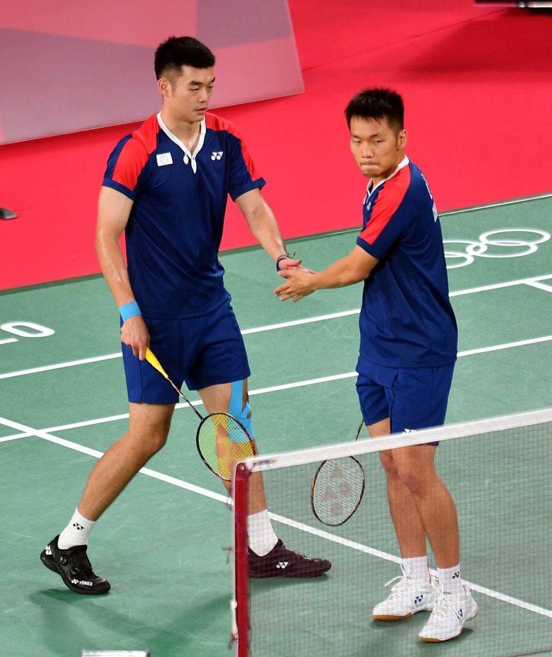 我國羽球黃金男雙「麟洋配」王齊麟(左)與李洋(右)取得在東京奧運的首勝,小組賽1勝1敗。 特派記者余承翰/東京攝影