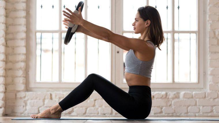 影片中9個動作教你利用瑜珈環按摩舒緩、伸展拉筋, 不僅可以開胸、美背,還能緊實手...