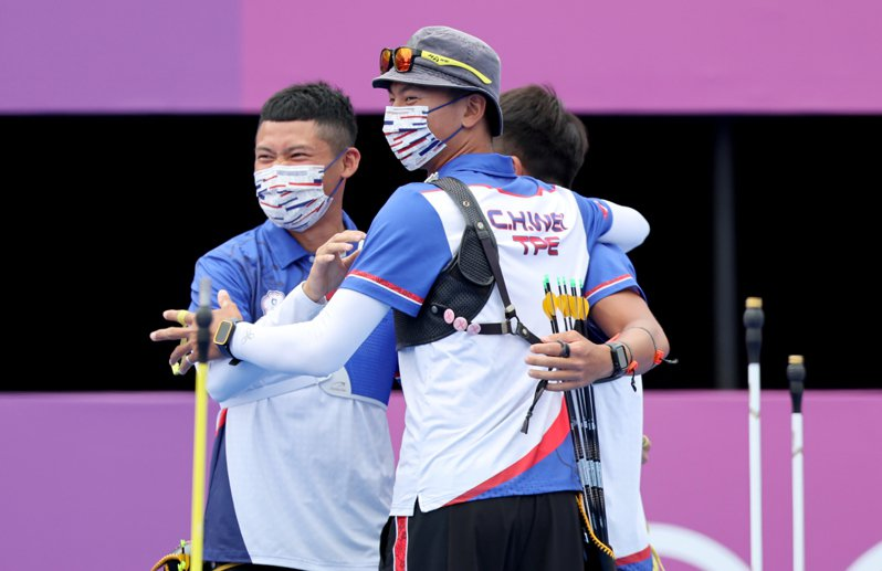 中華男團闖進8強,團員開心慶祝。 特派記者余承翰/東京攝影