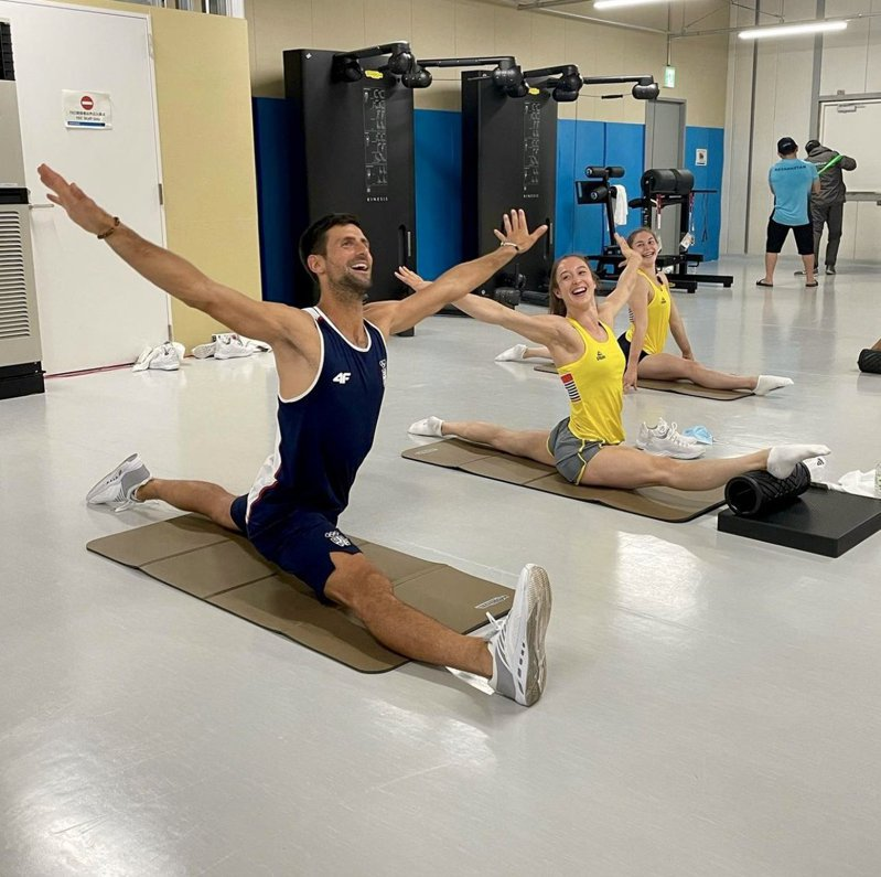世界球王約克維奇與比利時體操選手於選手村一同伸展訓練。 圖/取自約克維奇推特