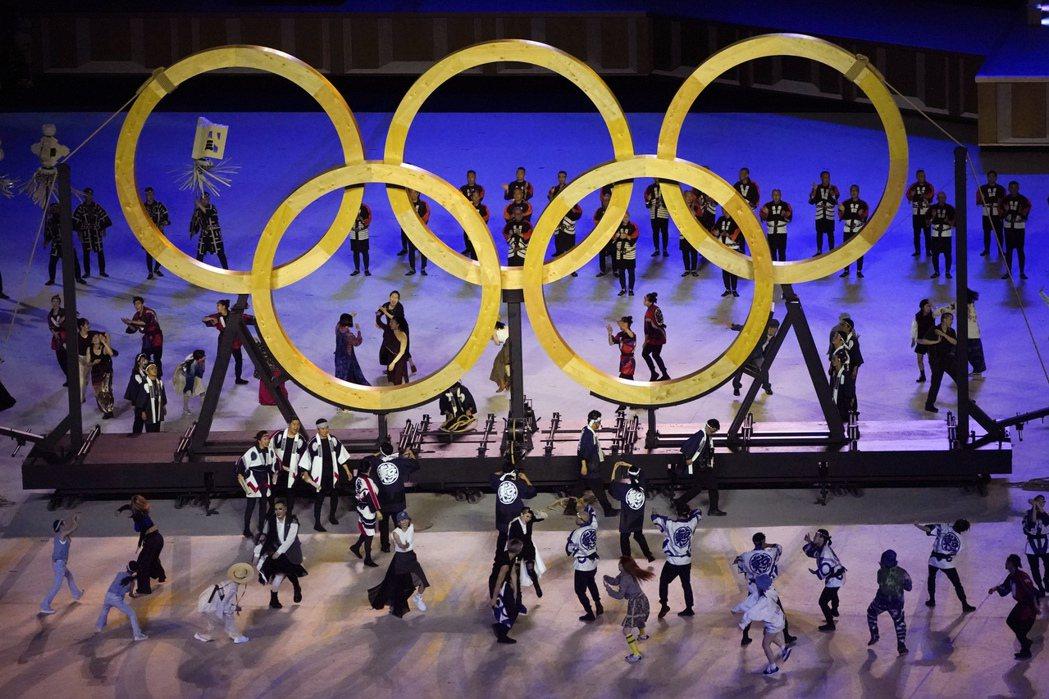 東京奧運開幕式中表演出現的木製五環,象徵著1964年東京奧運由各國帶來的樹種以茁壯長大。 圖/美聯社