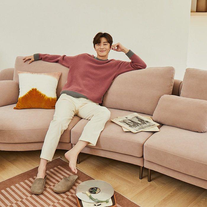 朴敘俊難得以慵懶居家的造型現身,斜躺在沙發上,十足的男友(老公)樣貌。圖/摘自品...