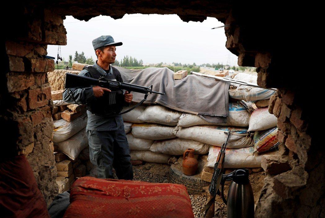 一名阿富汗警察在喀布爾檢查哨口。 圖/路透社