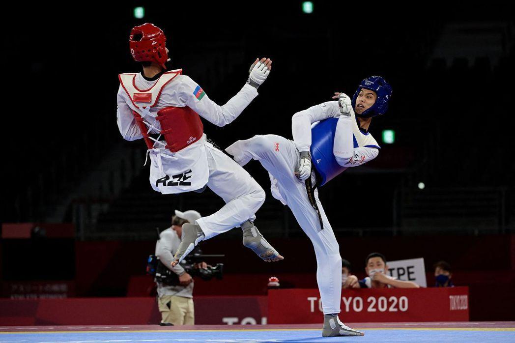 劉威廷(右)在東京奧運80公斤級16強賽亮相,不幸吞敗。 法新社