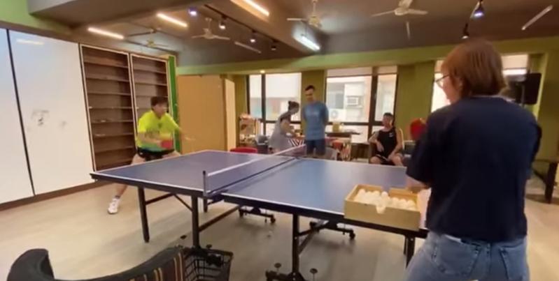 鄭怡靜的專屬教練鄭佳奇陪同練球影片曝光。圖/取自臉書