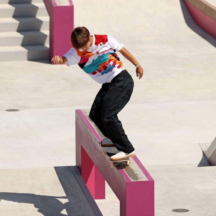 日本好手堀米雄斗在奧運滑板比賽一戰成名順利奪金,身上所穿戰袍也受到熱烈討論。圖/...