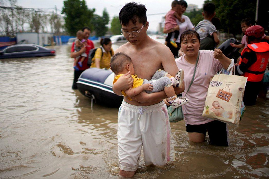 媒體上所呈現的論述,不外乎是:即便鄭州投入了五百多億人民幣於海綿城市建設,仍然阻檔不了洪災。 圖/路透社