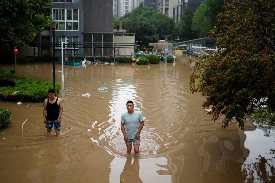 輿論開始關注鄭州這場天災到底有多少人禍成因,另一種檢討的聲音,則是質疑鄭州的「海綿城市」建設。 圖/路透社