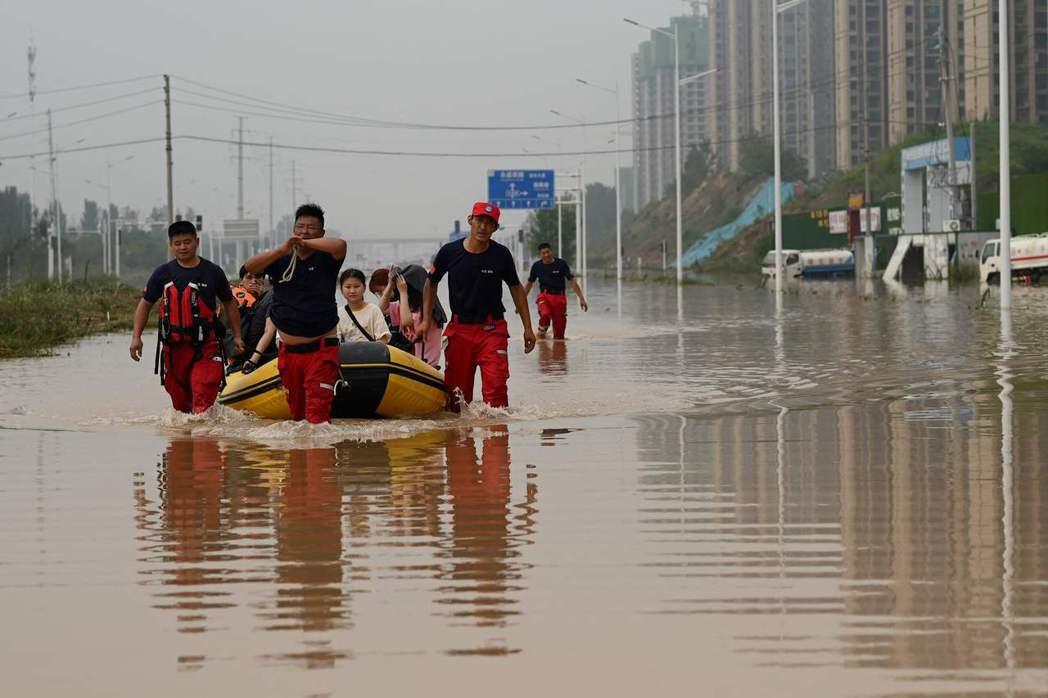 海綿城市是一個城市雨水管理的概念,它是一個比喻,意指讓城市的水文循環能夠回接近都市開發之前的自然水文狀態。 圖/法新社
