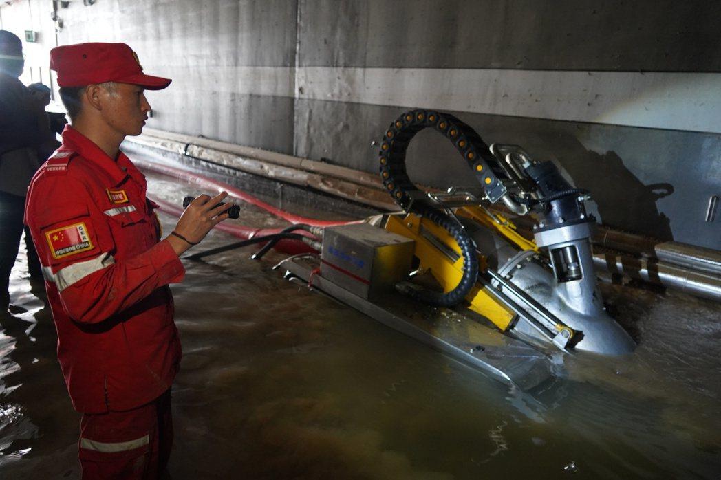 「海綿設施」等於是利用自然機制來處理都市排水課題,其實就是所謂的「自然解方」。圖為7月23日,工作人員在鄭州市京廣路隧道進行排澇作業。 圖/中新社