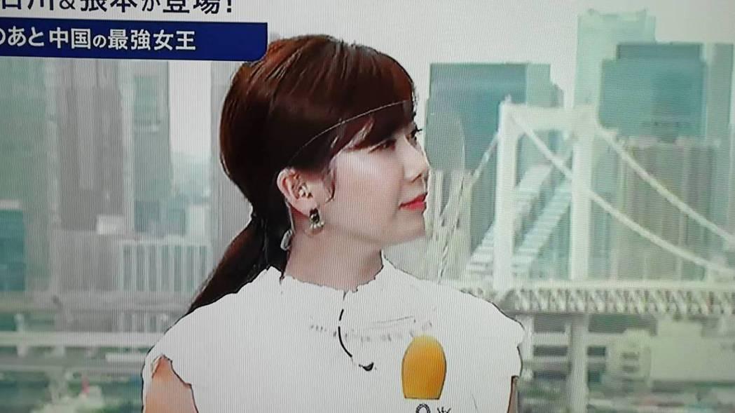 福原愛戴著透明面罩站在戶外講解。圖/翻攝自富士電視台