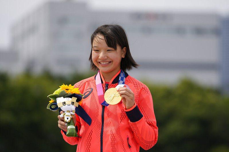13歲滑板好手西矢椛成為日本在歷屆奧運最年輕的奪金選手。 美聯社