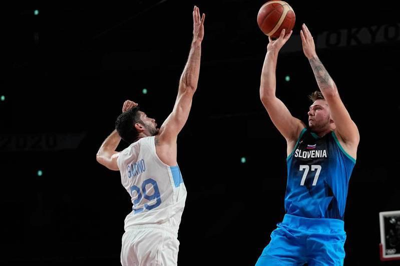 天才球星唐西奇(右)在奧運場上一如他在獨行俠時一樣輕鬆自在,今天繳出48分11籃板5助攻3阻攻的怪物級成績,帶領斯洛維尼亞輕鬆打敗阿根廷。 美聯社