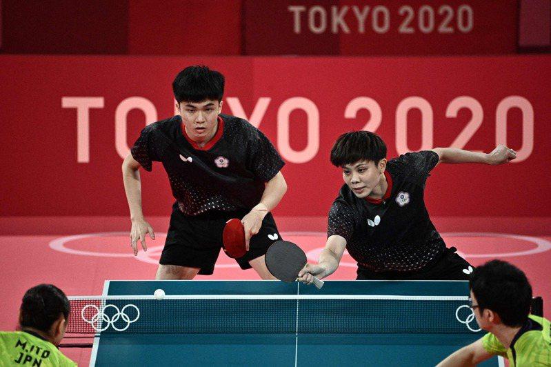日本組合賽前特別模擬林昀儒(後排左)的反手擰拉進行特訓。 法新社