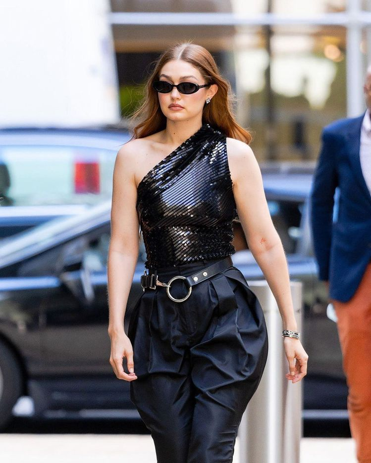 超模Gigi Hadid被直擊到身穿黑色亮片斜肩上衣與以及GENTLE MONS...