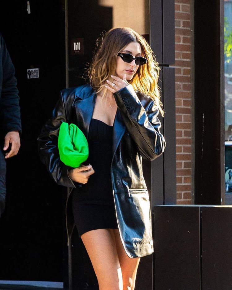 Hailey Bieber以皮革風衣內搭抹胸迷你裙,並配戴GENTLE MONS...
