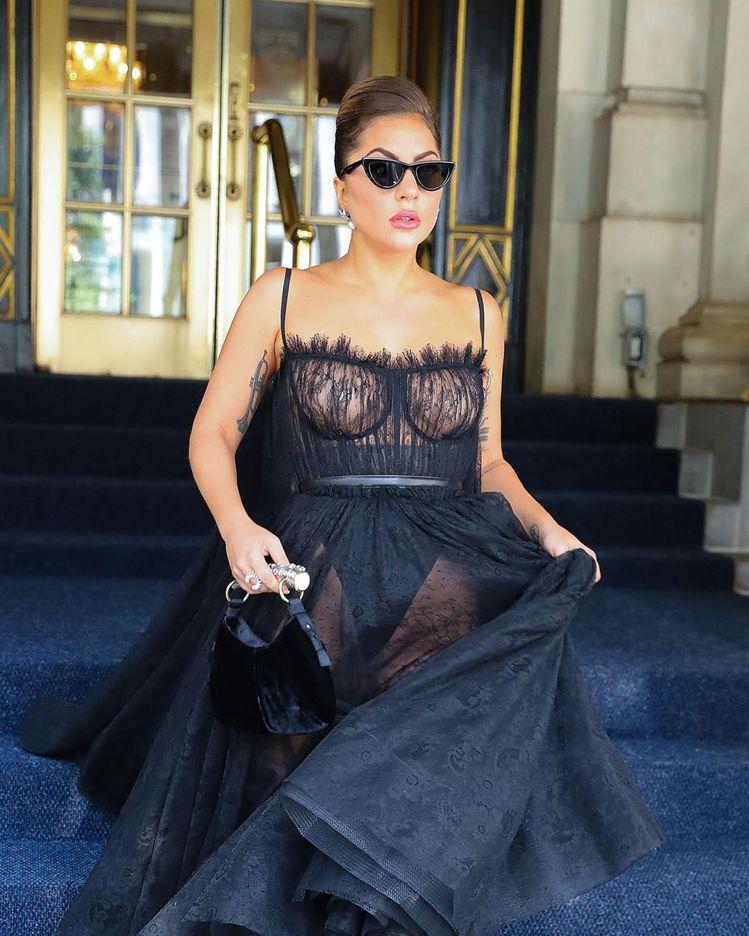 Lady Gaga穿上蕾絲透膚禮服要出席盛會時,同樣選搭GENTLE MONST...