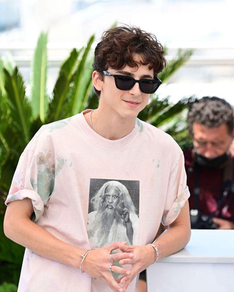 Timothée Chalamet為了出席新電影宣傳座談會,換上粉色T恤,並搭配...