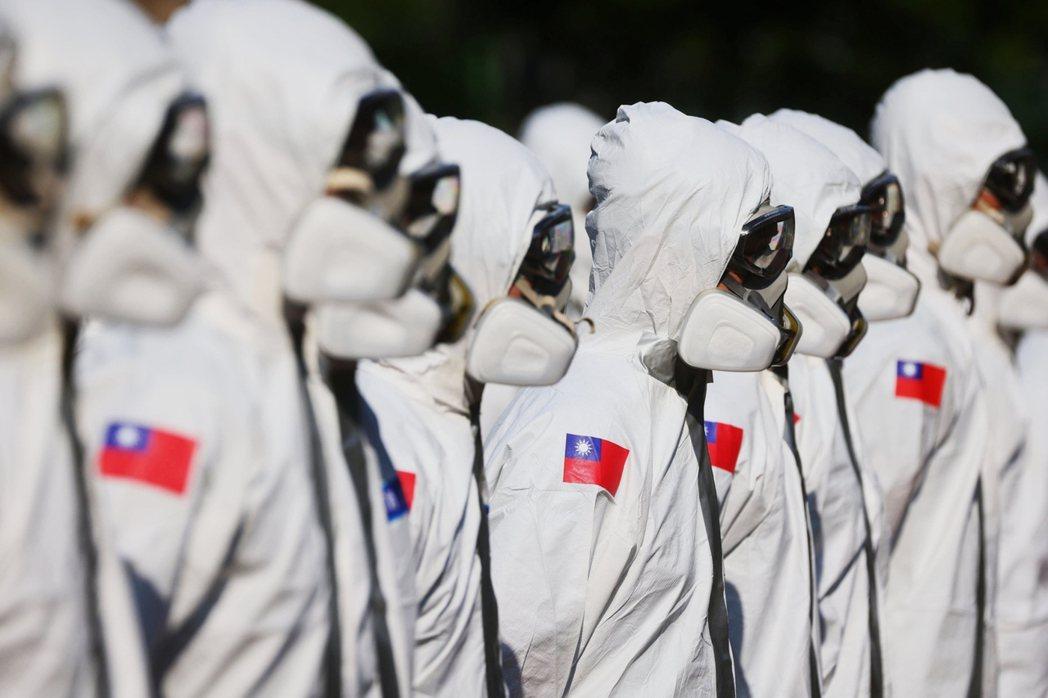 5月中旬台灣爆發第二波本土疫情時,派駐台北市萬華區緊急消毒的陸軍化學兵部隊。 圖...