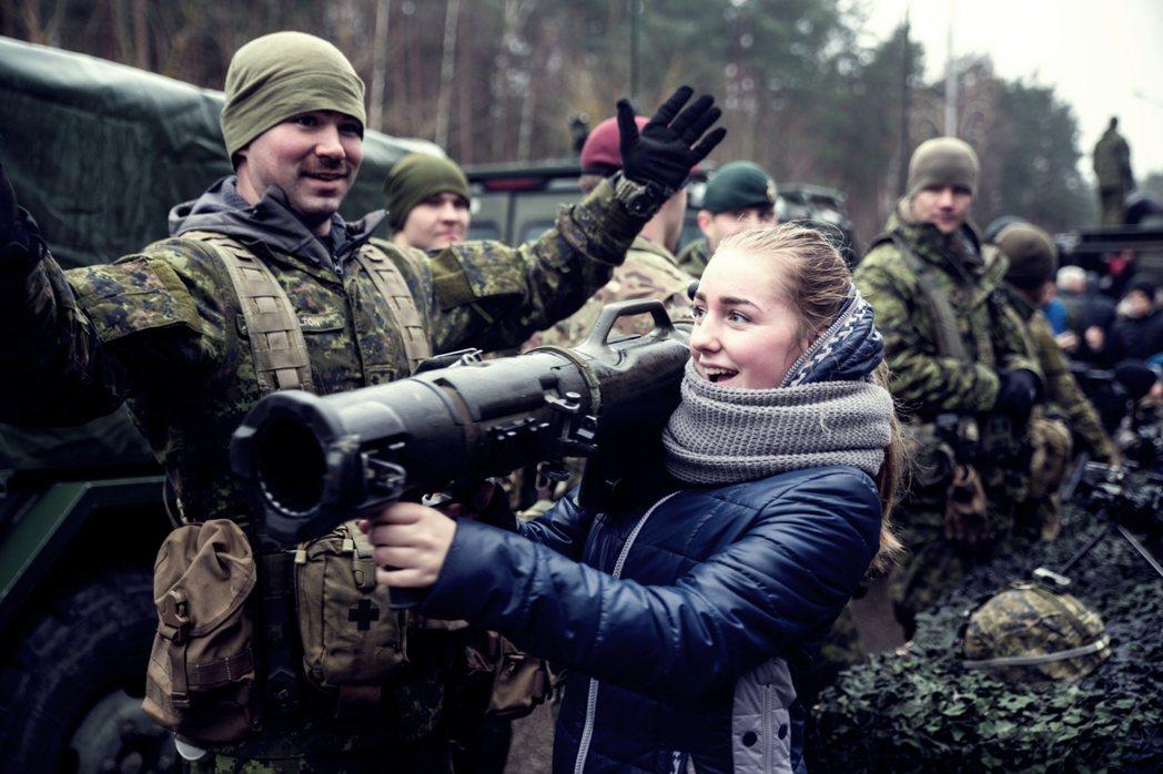 立陶宛女孩在參觀駐立陶宛美軍的反裝甲飛彈。 圖/美國國防部