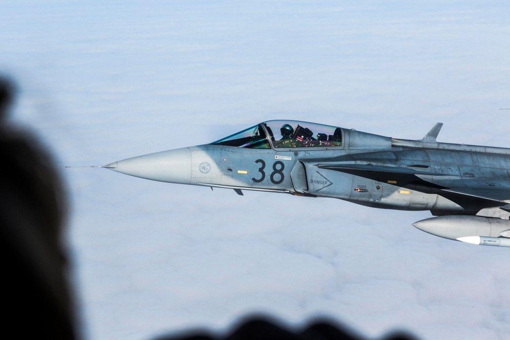 在波羅地海上空護衛立陶宛運輸機的北約盟軍JAS-39戰鬥機。 圖/北約