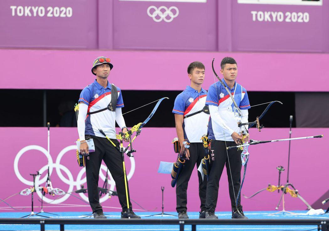 魏均珩、湯智鈞與鄧宇成三人組成本屆中華射箭男團,一舉追平2004年雅典奧運的男團...