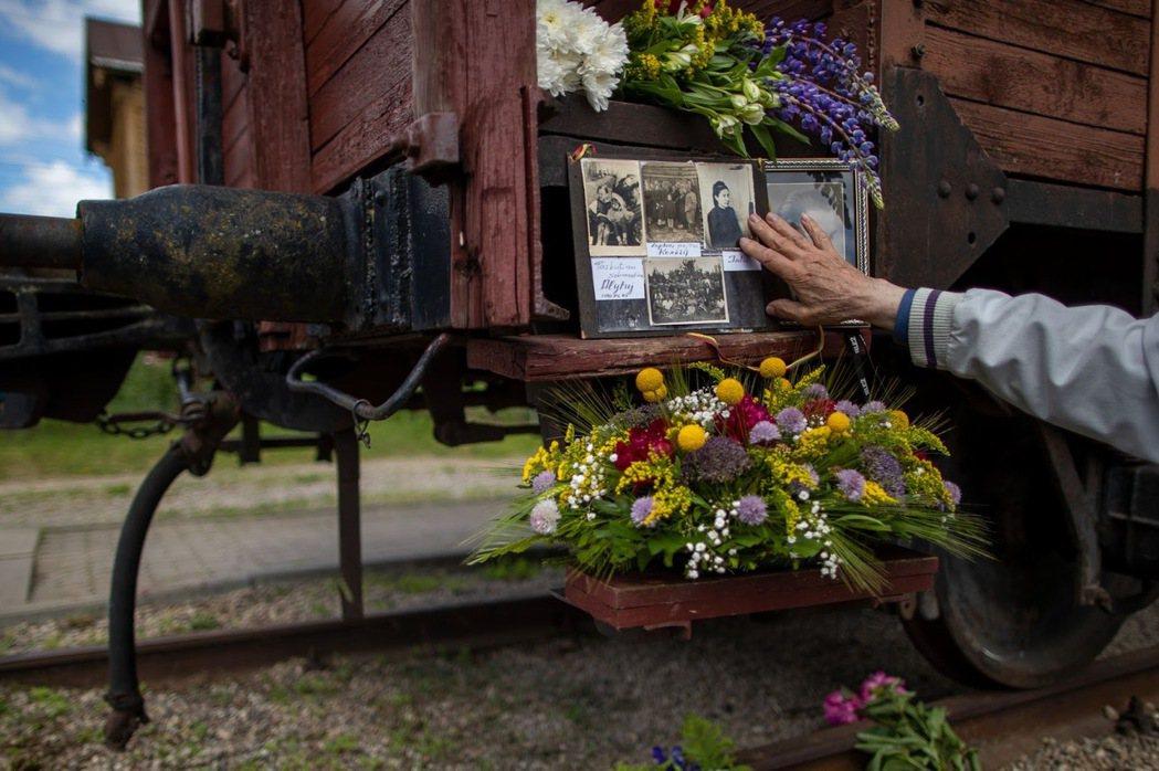 圖為今年6月14日,立陶宛紀念1941「大流放」的80周年紀念日。二戰期間佔領立...