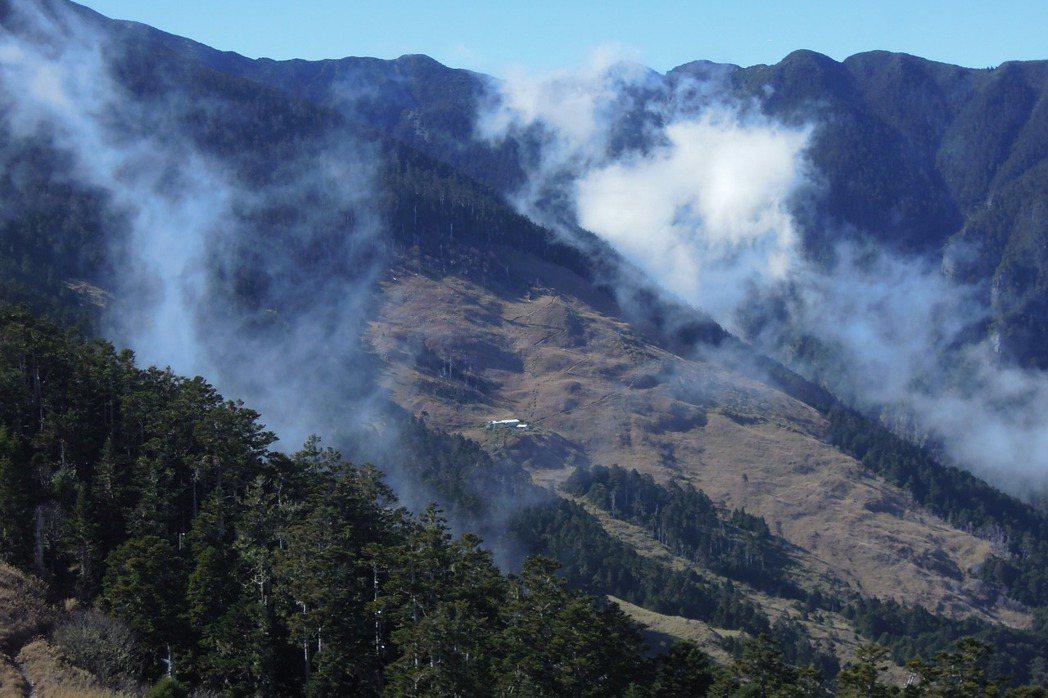從雪山東峰遠眺三六九山莊。 圖/聯合報系