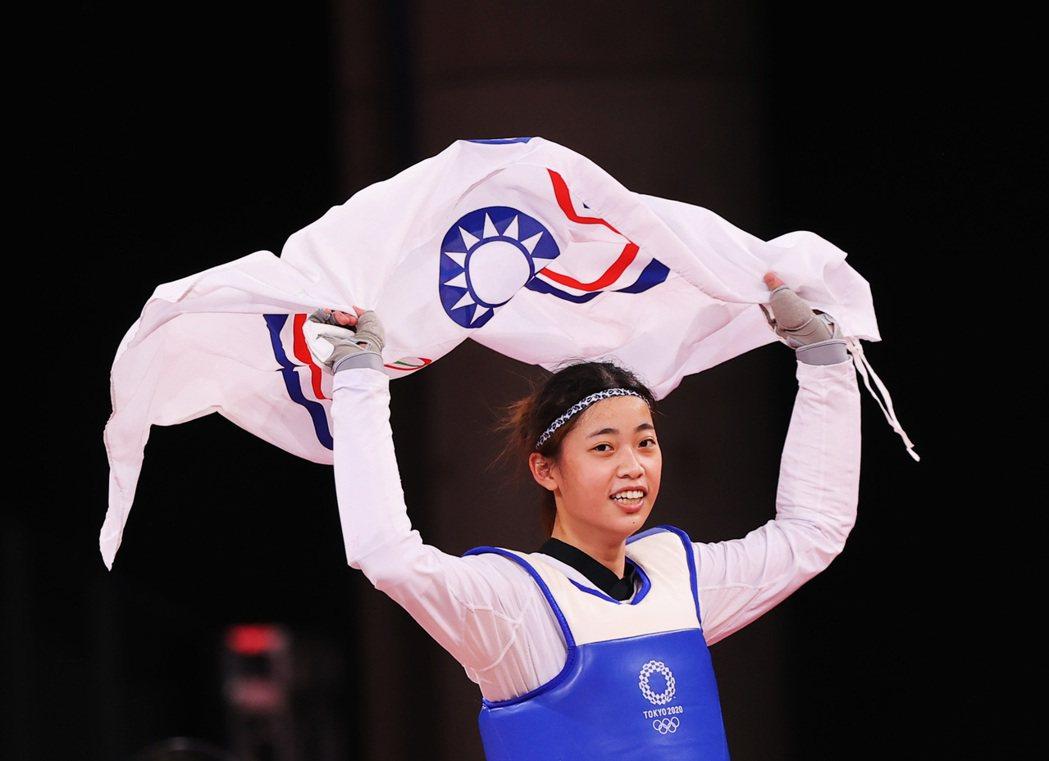台灣選手羅嘉翎在東奧跆拳道女子57公斤級銅牌戰勝出後,拿著中華奧會會旗繞場慶祝。 圖/路透社