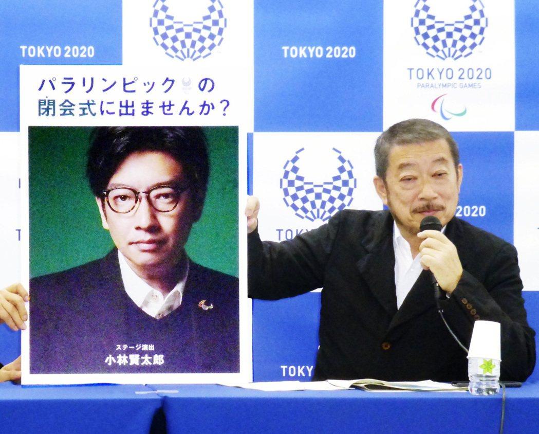 佐佐木宏(右)本來還隆重引介了小林賢太郎,結果兩人都因為失言醜聞而黯然辭退。 圖...