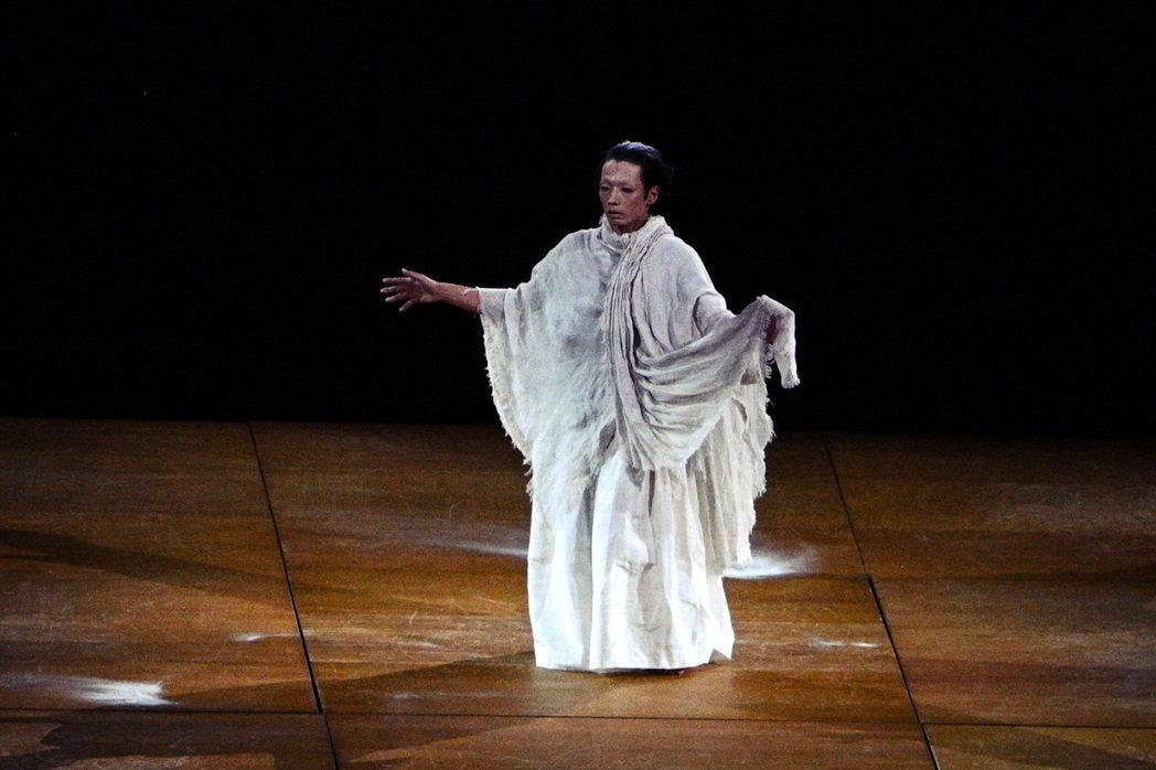 森山未來於開幕式的舞蹈演出。雖然表現肅穆、甚至帶有冷調陰森感,其實這段舞蹈是為了...