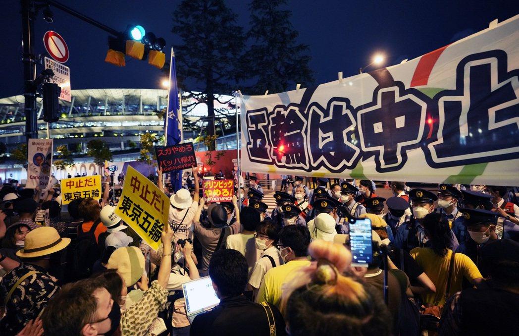 開幕式當天場外仍有反對奧運的民眾抗議。不過對比後來的民情,關注焦點也轉往賽事和戰...