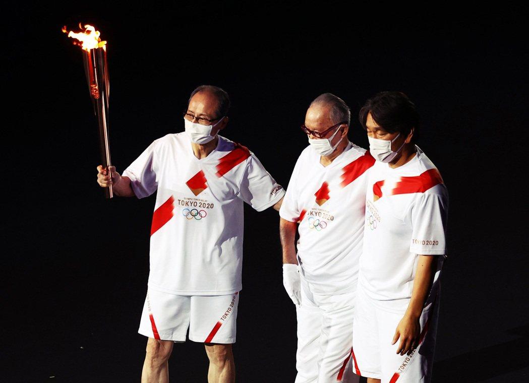 王貞治、長嶋茂雄、松井秀喜傳遞聖火的場面,讓許多日本人感動不已,也是在漫長的開幕...