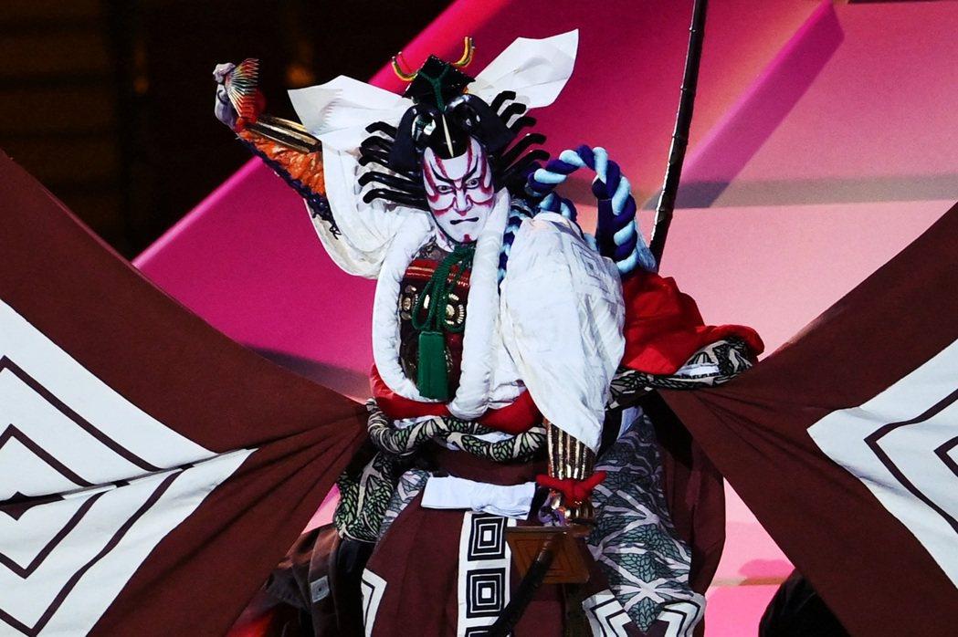 開幕式上登台亮相的市川海老藏,此橋段為不僅是歌舞伎的著名「十八番」演出,也是海老...