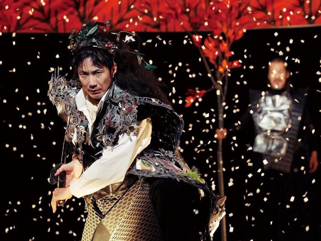 圖為狂言師野村萬齋。然而擔任開募是籌備期間,卻因為發言表示北海道原住民愛努人的舞...