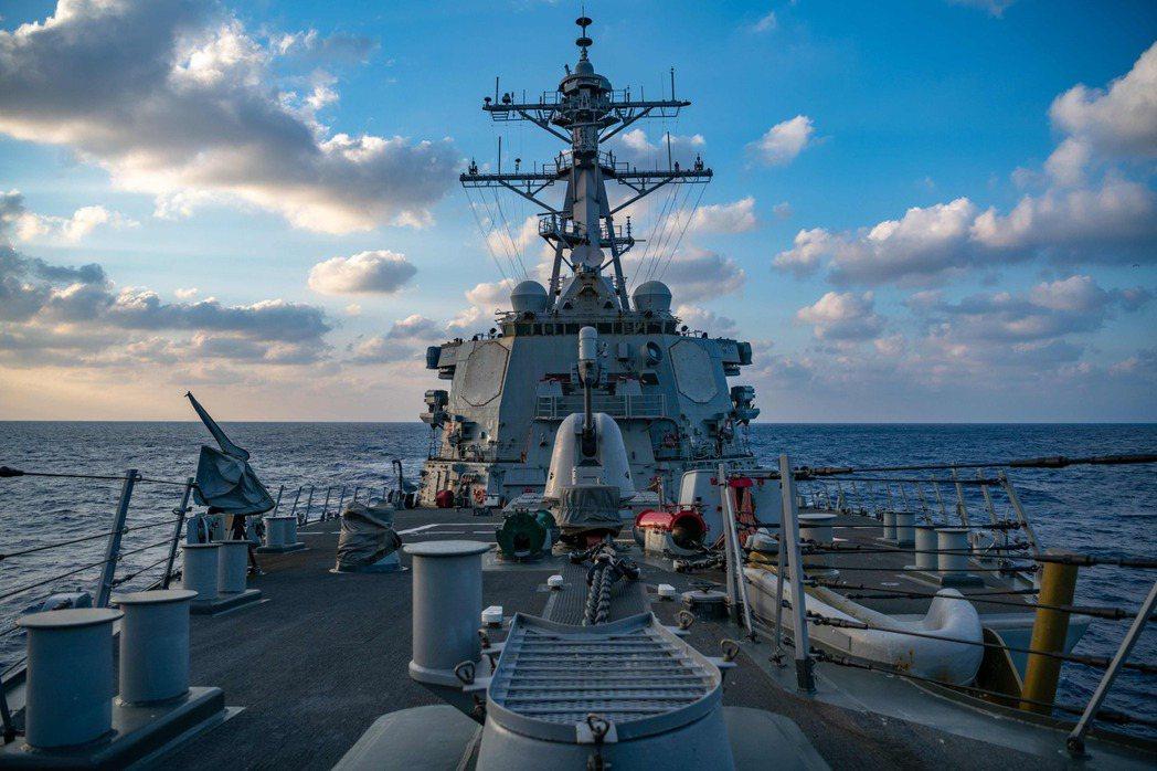 近期美國戰略重心轉向大國競爭,重新關注印太地區,而美國海軍未來將面對解放軍海軍在西太平洋的挑戰。圖為2020年4月,一艘航至南海的阿利.伯克級驅逐艦。 圖/法新社