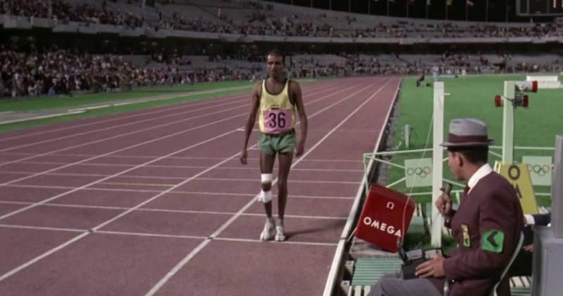 阿赫瓦里由天光跑到天黑,觀眾獲知他仍在跑時,紛紛回到會場,向他送上最熱烈的歡呼聲和掌聲,伴隨他慢慢跑到終點,場面熱血感人。 圖/Youtube頻道「Olympic」影片截圖