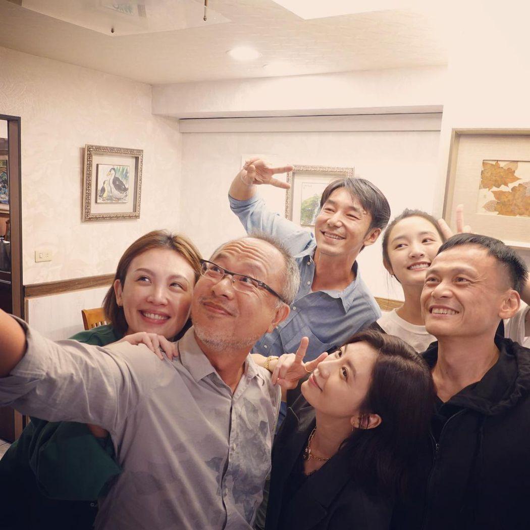 「瀑布」演員和導演鍾孟宏(左二)殺青自拍。圖/摘自IG