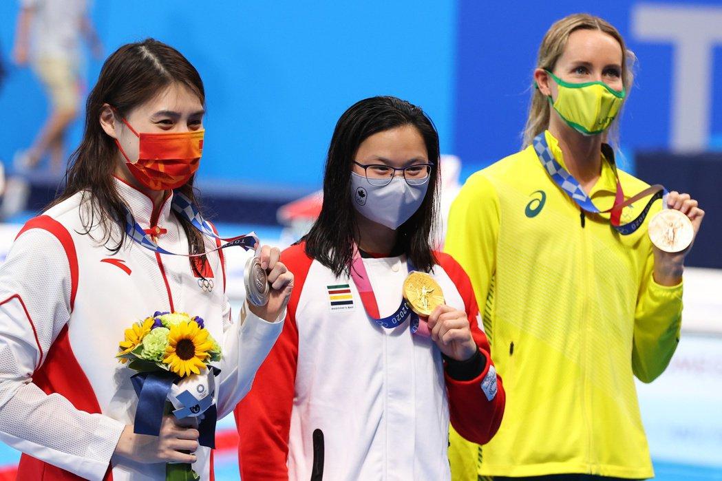 東京奧運女子100米蝶泳決賽,加拿大泳手麥尼爾(圖中)擊敗中國蝶后張雨霏奪金。
