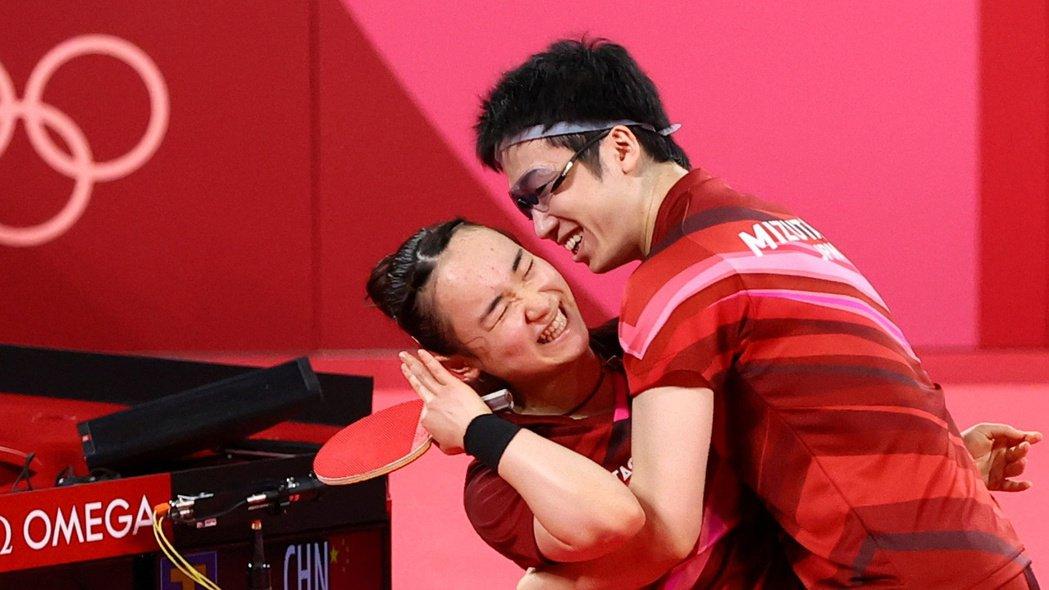 水谷隼與伊藤美誠(左)奪下混雙金牌。 路透