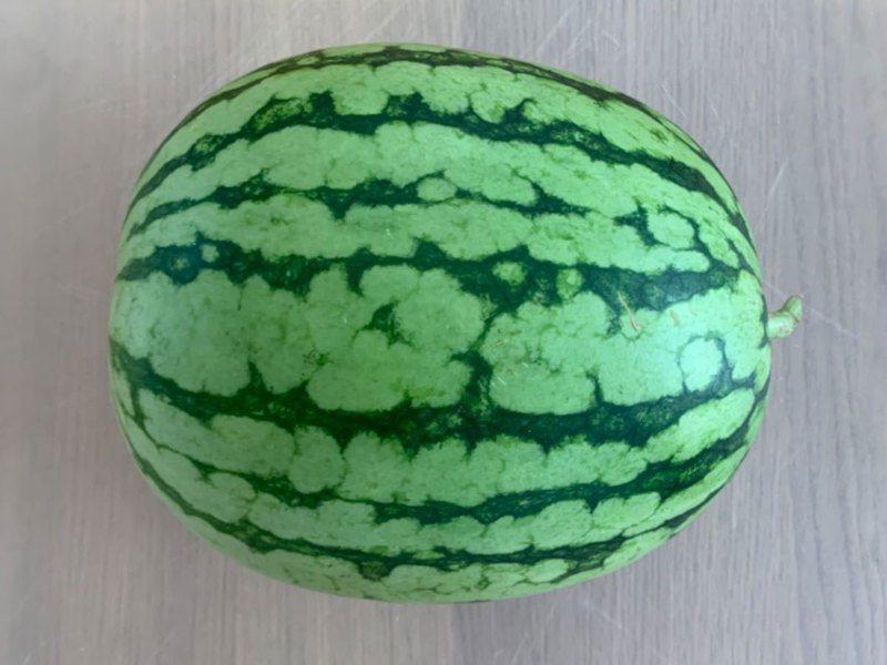 掌握切西瓜的技巧,就能輕鬆去籽,方便品嚐西瓜。圖擷取自grape