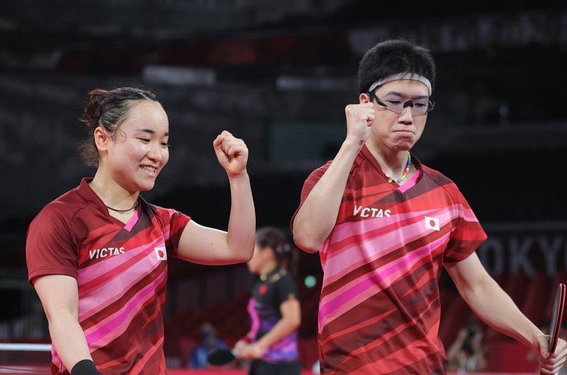 日本隊水谷隼、伊藤美誠(右)在金牌戰苦戰7局。 新華社