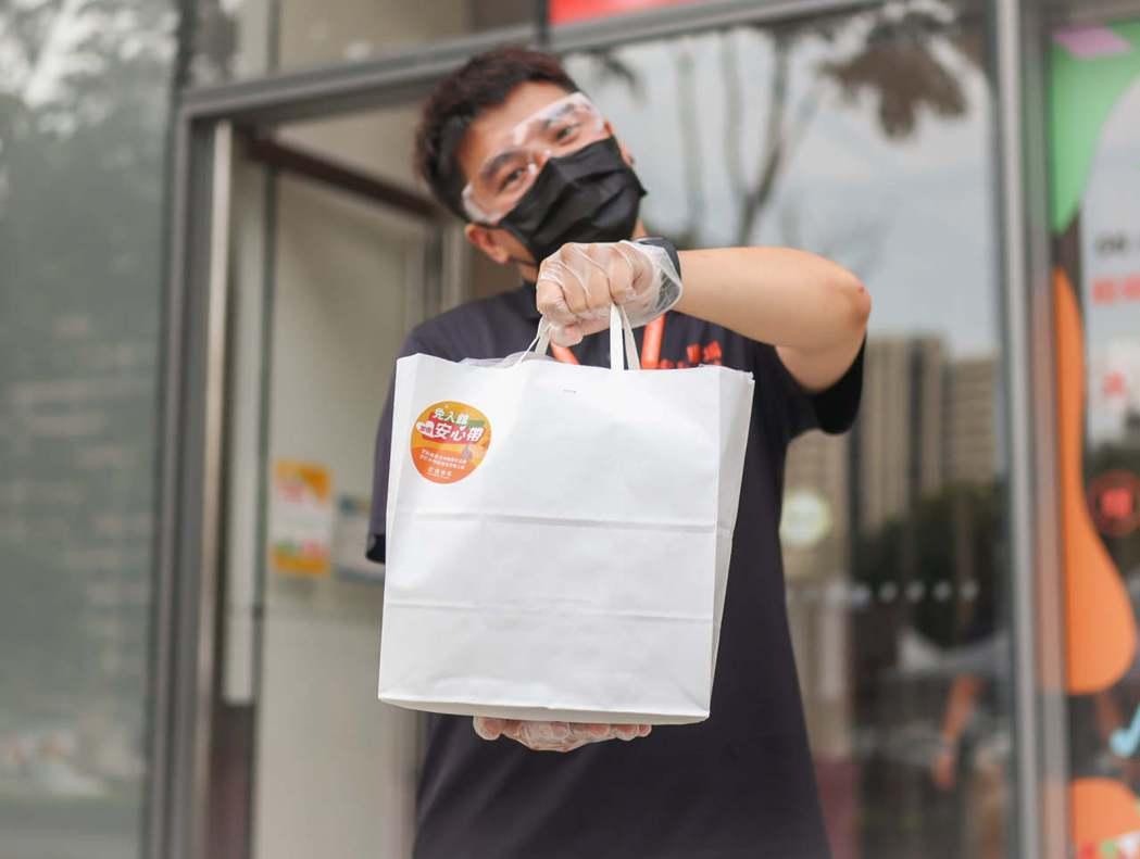 宏匯廣場在烟花颱風過境後,恢復備受喜愛的「餐飲免入館安心帶服務」,繼續提供顧客與...
