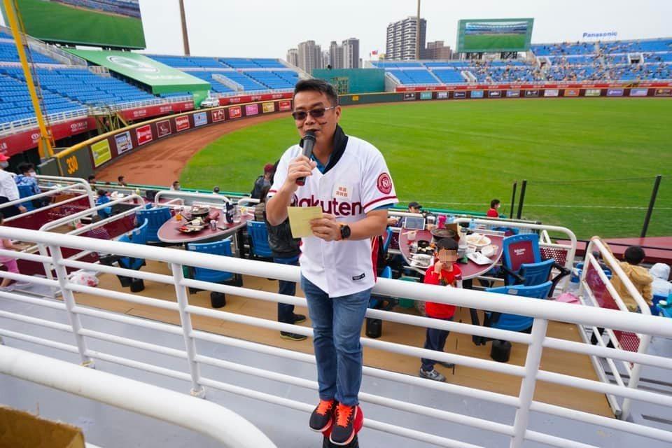 GA 黃金甲招待鐵粉會員包場看棒球。 圖片來源/林明樟 Facebook