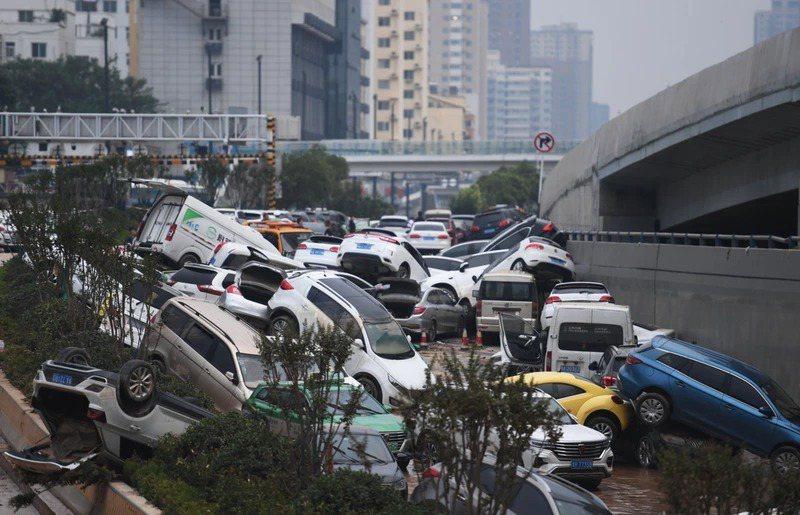 圖為鄭州京廣北路隧道出口22日景象,光這段隧道內就有200多輛車遭大水淹沒。新華社