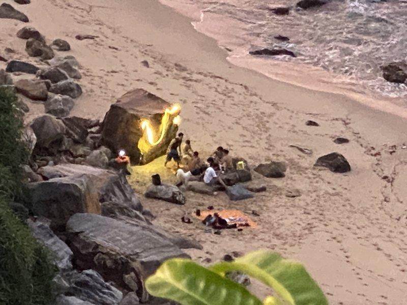 金山區神秘海岸出現一群民眾擅闖管制區,還點亮營火在海灘上歡樂開趴,金山公所前往取締驅離,雖然到場後民眾已經不在。 圖/紅樹林有線電視提供