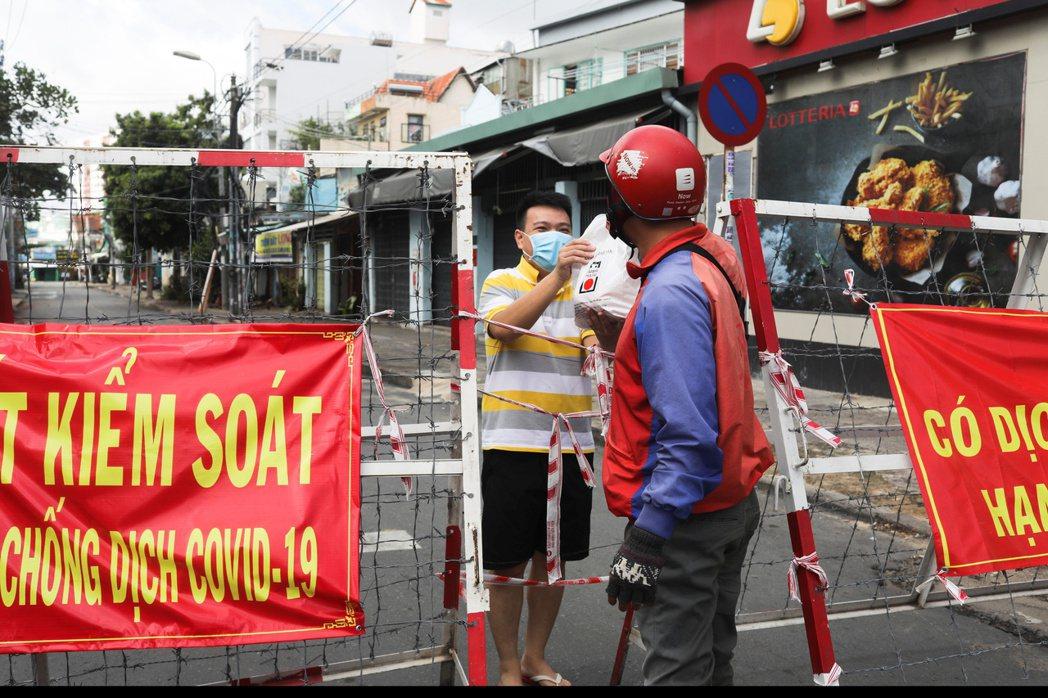 越南的胡志明市自周一起,每天下午6時到次日上午6時實施宵禁,以遏阻疫情蔓延。圖為...