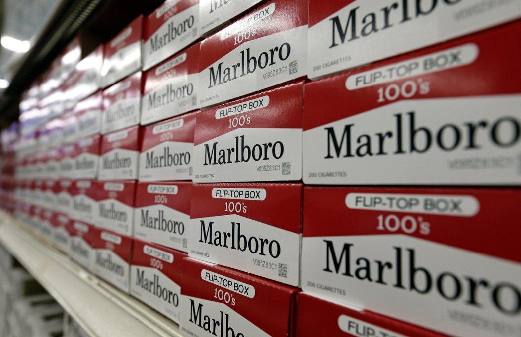 煙草業者「菲利普莫里斯國際公司」的首席執行長近日呼籲英國政府在十年內禁止香菸,縱...