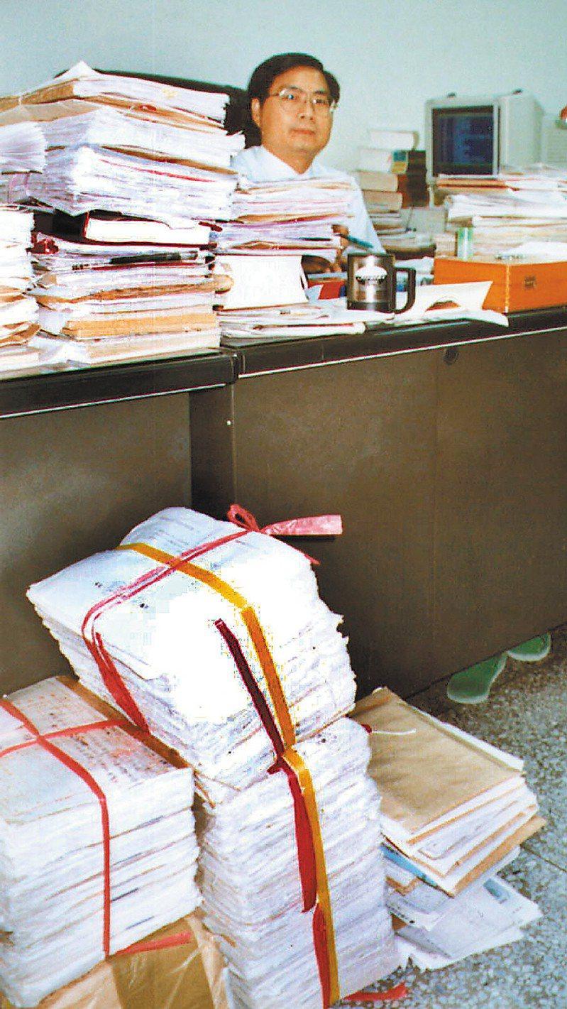 屏東地檢署檢察官何克昌因積案被送監察院彈劾,2000年,他不滿法務部限期結案,曾發動連署抗議,當時所積的案件已從桌上堆到地上。圖/聯合報系資料照片