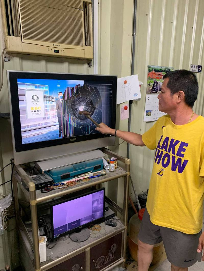 台灣桌球混雙搭檔林昀儒、鄭怡靜,昨晚在日本舉辦的世界奧運會4強賽敗給日本組合,一名林姓苗栗市民一氣之下,賽後持鐵槌砸電視螢幕。圖/林姓市民提供